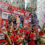 Deejay Ten, la festa dei 20mila: in rosso per le strade di Milano