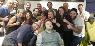 Si addormenta in ufficio: i colleghi scatenano la 'Photoshop Battle'