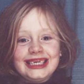 Adele bambina, dolce e sdentata nella cover