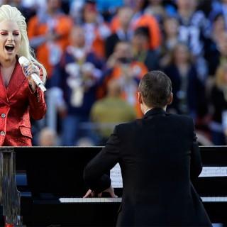 Brividi allo stadio, Lady Gaga canta l'inno americano