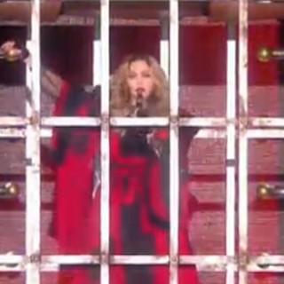 Madonna in gabbia: così apre il Rebel Heart Tour in Asia
