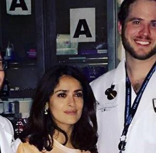 Salma Hayek, d'urgenza all'ospedale: la t-shirt è inappropriata