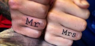 Un tatuaggio è per sempre: la promessa d'amore scritta sull'anulare