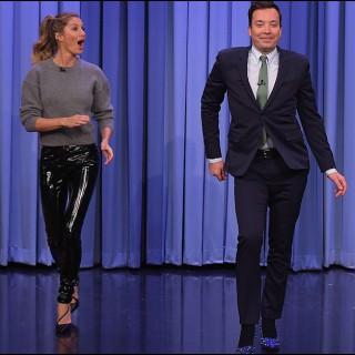 Gisele Bundchen insegna a Jimmy Fallon il suo celebre 'catwalk'