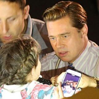 Brad Pitt eroe: salva una bambina dalla folla che la stava schiacciando