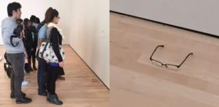 Appoggia gli occhiali sul pavimento del museo, i visitatori li scambiano per un'opera d'arte