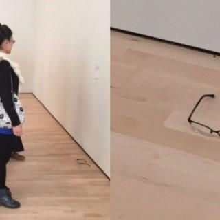 Appoggia gli occhiali, i visitatori li scambiano per un'opera d'arte