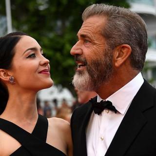 Mel Gibson, baci e tenerezze sul red carpet con la fidanzata 25enne