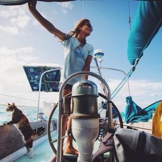 Si licenzia e gira il mondo in barca a vela con il suo gatto