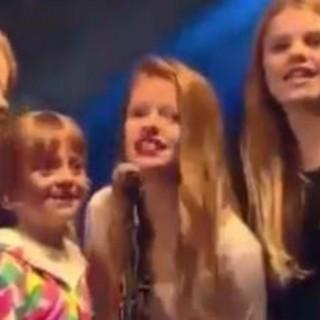 """Performance di famiglia: Chris Martin canta con i figli """"Up&Up"""""""