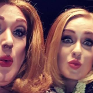 Seattle: Adele in concerto fa salire sul palco una drag queen uguale a lei
