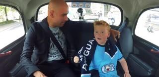 Sale sul taxi e trova Pep Guardiola: la reazione del piccolo tifoso del Manchester