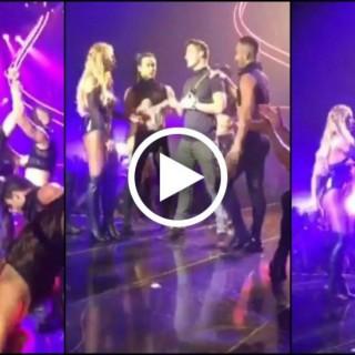 Che gaffe Britney Spears: lo fa salire sul palco, ma non è un fan qualunque...