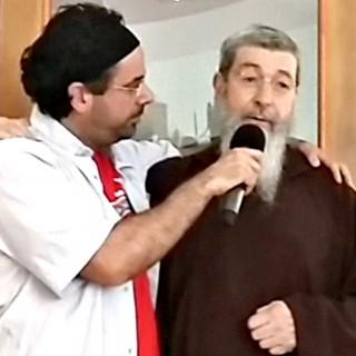 Da Rovazzi ad Alvaro Soler: ecco il prete che trasforma le hit in canti religiosi