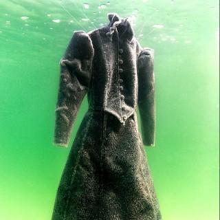 Un vestito nero è rimasto immerso 2 mesi nel mar Morto: ecco com'è diventato