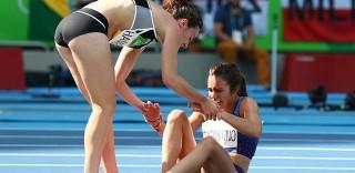 Rio 2016: cadono durante la gara, due atlete si aiutano a vicenda