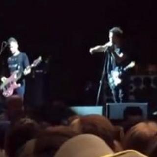 Eddie Vedder interrompe il concerto per fermare un'aggressione