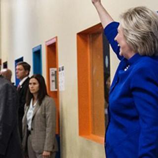 Arriva Hillary Clinton e tutti le danno le spalle: è la generazione selfie