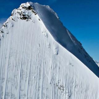 Uno sciatore estremo scende lungo un pendio delle Alpi