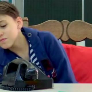 """""""È molto complicato"""", i bambini di oggi alle prese col telefono analogico"""