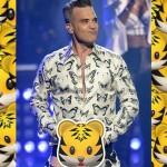 Robbie Williams si cala i pantaloni e mostra gli slip di 'Rock DJ' durante un concerto