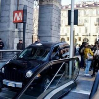 Il SUV in bilico sulle scale della metro a Torino