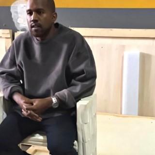 Kanye West con i capelli biondo platino