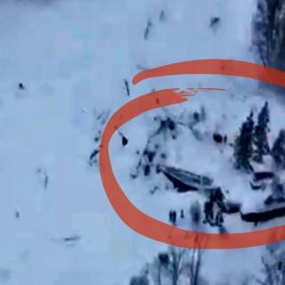 La valanga sull'hotel dall'elicottero della Polizia