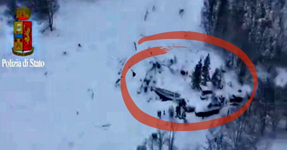 Valanga sull'hotel: le immagini dall'elicottero della Polizia