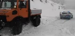 """La """"Pantera delle nevi"""": l'Alfa Romeo della Polizia stradale rimorchia lo spazzaneve"""