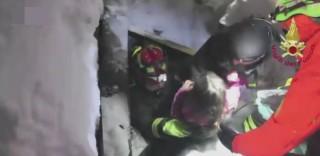 Tre bambini estratti vivi dall'hotel sotto la valanga: la gioia dei Vigili del fuoco