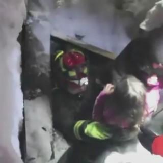 Altri 3 bambini salvati: la gioia dei Vigili del fuoco