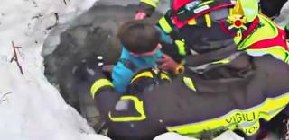 Mamma e figlio estratti vivi dall'hotel sotto la valanga: il momento del salvataggio