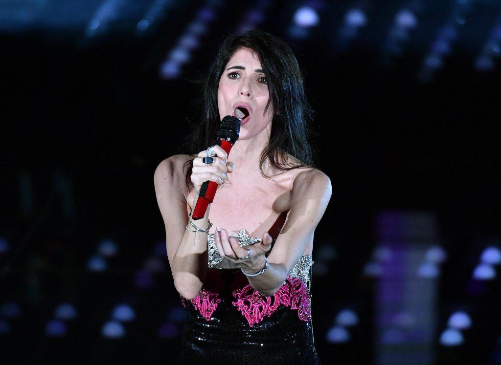 Giorgia incanta Sanremo ma le scivola l'abito
