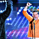 """""""Occidentali's Karma"""": Francesco Gabbani balla con la scimmia sul palco di Sanremo"""