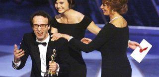 """""""Robertooo!!!"""", 18 anni fa Benigni vinceva l'Oscar: il discorso di ringraziamento"""