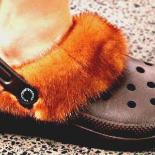 Date il benvenuto alle Crocs con la pelliccia