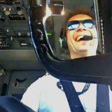 La calma nella tempesta: il pilota d'aereo si riprende mentre atterra in condizioni impervie