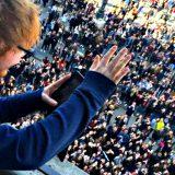 Ed Sheeran live alla Mondadori di Milano intasa piazza Duomo: i momenti top