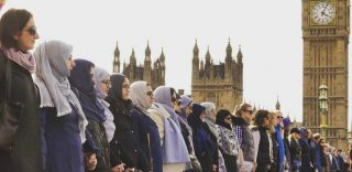 """La manifestazione per le vittime di Londra: """"Un piccolo gesto, ma la vita intera è fatta di piccoli gesti"""""""