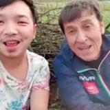 Il duetto che non ti aspetti: Gianni Morandi canta una sua canzone in jeep con un ragazzo thai