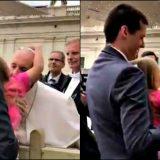 """La bimba """"ruba"""" la papalina a Bergoglio: il Papa si fa una risata coi capelli al vento"""