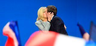 """Macron verso l'Eliseo con la sua ex prof: """"Ti sposerò"""", le disse a 17 anni. E lo ha fatto davvero"""