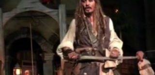 """""""Ehi ma quello è Johnny Depp?"""", la sorpresa dell'attore vestito da Jack Sparrow a Disneyland"""