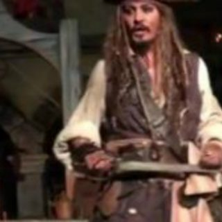 Johnny Depp vestito da Jack Sparrow a Disneyland