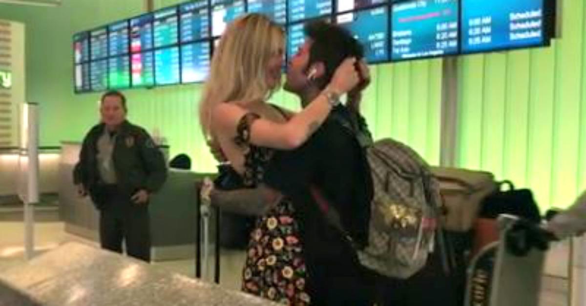 """Fedez va a Los Angeles, Chiara Ferragni lo accoglie con una """"carrambata"""" all'aeroporto"""