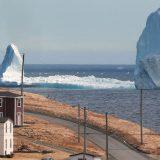 """Restare di ghiaccio di fronte alle foto del paesino in Canada: """"Tesoro, c'è un iceberg alla finestra"""""""