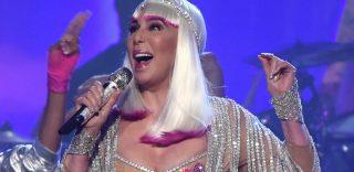 Cher, in forma smagliante a 71 anni, si esibisce quasi nuda ai Billboard Music Awards