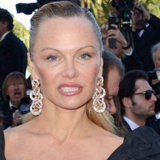 """Pamela Anderson """"irriconoscibile"""" sul red carpet"""
