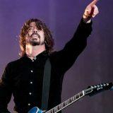 Staccano la spina ai Foo Fighters in concerto: Dave Grohl continua e il pubblico canta 'Everlong'